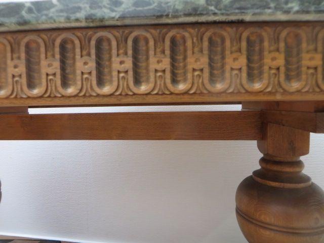 eettafel met groen marmeren blad en onderstel zeer robuust uitgevoerd met dikke poten. Blad is ovaal en in de maten 0.84x1.61 cm. Hoog 0.69 cm