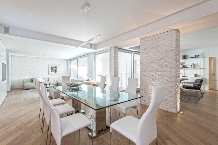 BRANDO concept interior designliving open space soggiorno boiserie stile moderno white piano cristallo sedie pranzo pelle