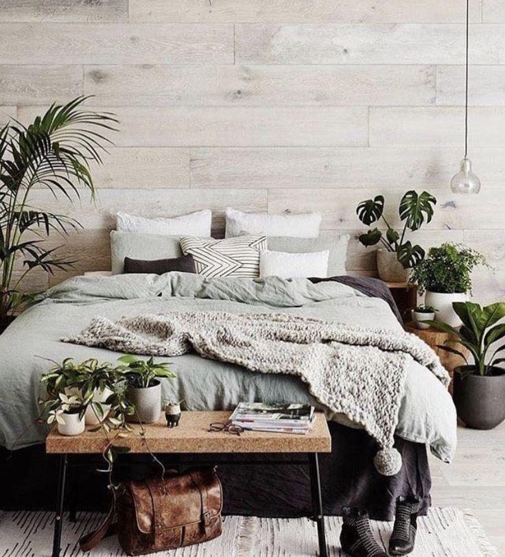 Decken & Bank vor dem Bett mit Pflanzen