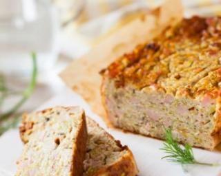 Cake au thon : 1 boîte de thon, 3 oeufs, 15 cl lait écrémé, 200g farine, 90 g fromage râpé, 1 cc d'huile d'olive, 1 sachet de levure Préchauffer four. Emiettez thon ds 1 bol et réservez. Ds saladier, battez les oeufs, puis ajouter farine, levure, huile, lait & mélanger pour obtenir 1 texture homogène. Ajouter thon & mélanger de nouveau. Verser ds 1 moule & faire cuire 40 min env. Vérifier cuisson avec couteau.