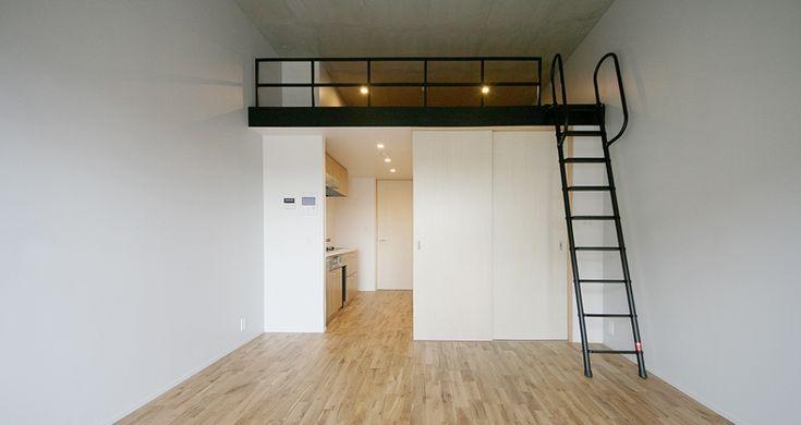 新築特有のいい香りがするメゾネットプラン。2Fから無垢床+黒色のアイアン手摺の階段を上ると、そこは天高3.3mの無垢床の空間。窓からの景色は視界が開けており、目の前を遮るものが無いため陽当たりも良さそうです。  スライド扉で仕切られた洋室(2.7帖)は寝室として、籠って仕事をしたい方はワークスペースとして、また、洋服持ちの方はウォークインクローゼットとして使うと良さそうです。  洋室の上は6.5帖のロフト。奥行きがあって広いスペースですが、天高は約80cmと低くやや閉塞感を感じます。そのため、掃除道具やアウトドア用品、季節物の衣類など、普段使わないものを収納するのも良いかもしれません。  場所は経堂駅から千歳烏山方面へ歩くことおよそ10分。閑静な住宅街には昔ながらの食堂や洋食店など、美味しそうなお店が連なっていました。新宿まで電車で約12分、渋谷まで約20分とアクセスも良く、ほどよく懐かしさが残る経堂は、私の次の引越先候補として上位に躍り出ました。  *駐輪場有  (担当:うだがわ)