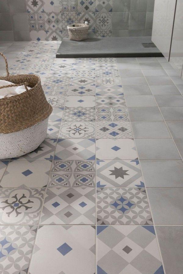 Carrelage imitation carreaux de ciment gris et bleu dans une salle de bain
