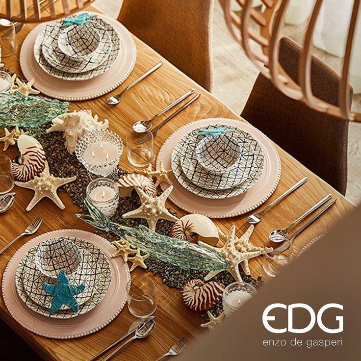 La tavola della collezione Tropical Collection EDG è quella della casa al mare; decorazioni marine, blu oceano e candele bianche per un pranzo (o cena) di ispirazione marinara. www.coin.it