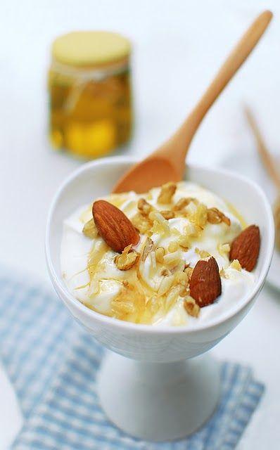 Mousse allo yogurt greco con miele di castagno e frutta secca