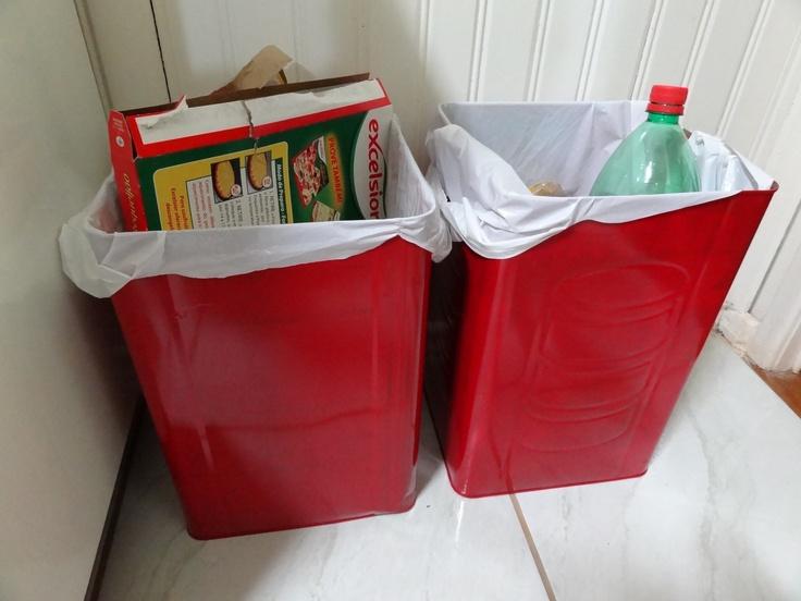 lixeiras feitas com latas de tinta usadas na separação do lixo seco!