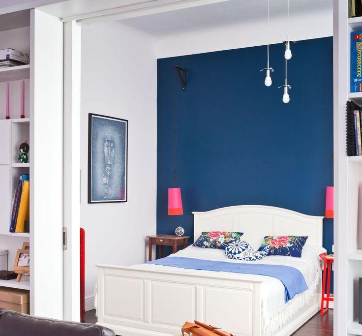 Aranżacja sypialni jest pogodna i kolorowa. Ciekawy kontrast granatowej ściany i białych mebli w sypialni dodał wnętrzu powagi. Ale dzięki kolorowym dodatkom w żywych barwach i kącikowi dla dziecka, aranżacja sypialni jest wesoła i ciekawa.