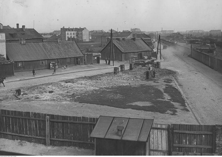 Ulica Kolejowa (z prawej) u zbiegu z ul. Prądzyńskiego (z lewej), na dalszym planie ul. Sławińska i w tle kamienica przy ul. Wesołej.