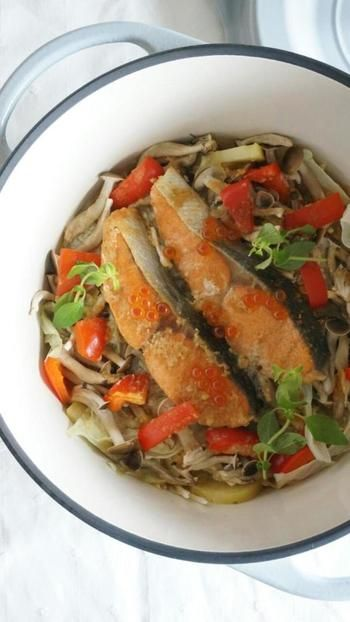 そんな『焦がしバター醤油のきのこの混ぜご飯』におすすめしたいのが、『秋鮭のちゃんちゃん焼き風温野菜』です。無水調理しているので野菜の甘味がたっぷり出てくるので砂糖を控え目に作っていますが、きちんと甘さを感じられる仕上がりです。味噌の量も控え目にしているので減塩でヘルシーなレシピです。