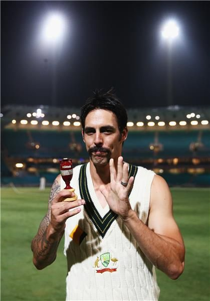 5th Commonwealth Bank Ashes Test. Player of the series Mitch Johnson with the Urn.