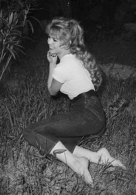Bardot dans un jean et un t-shirt blanc, un look qui a traversé les années. https://vieuxneufrecycle.wordpress.com/2016/02/27/icones-de-mode-brigitte-bardot/