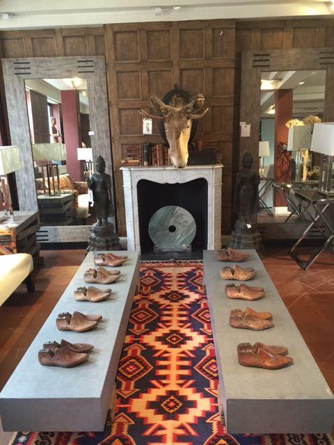 #andrewmartin #london #interiordesign #decor #wallpaper #pattern #mirror #woodenshoes #moose #pattern #textile