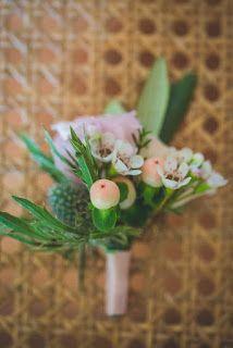 Boutonnière rose pale et peach Crédit photo: Camille Marciano www.lapetiteboutiquedefleurs.fr