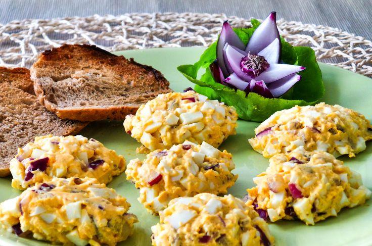 Tojáskrém illatos sajttal és fehérborral. Hozzávalók és recept: http://kertkonyha.blog.hu/2014/08/20/illatos_sajttal_es_feherborral_bolonditott_tojaskrem