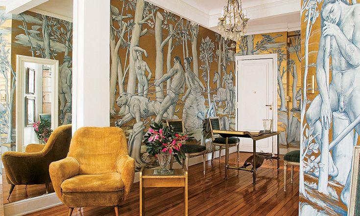 Оформляя квартиру в Буэнос-Айресе, дизайнер Рикардо Синалли решил зрительно увеличить пространство с помощью зеркал, а главным акцентом сделать живописные обои.