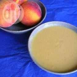 Pfirsich Kaltschale mit Ingwer - Eine erfrischende Pfirsichsuppe mit einem Hauch Schärfe, perfekt für heiße Sommerabende. Wer es schärfer mag, nimmt frischen Ingwer. Man kann die kalte Suppe als Vorspeise oder Dessert genießen.@ de.allrecipes.com