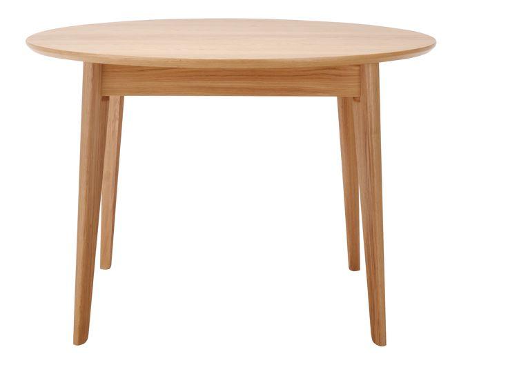 Moder spisebord har uttrekksmuligheter, og rommer4-8 personer. Ben og sarg er i solid, lakkert eik. Topplate og ileggsplate er av eikefinér med kjerne av fiberplater. Dimensjon uttrekt: L 155cm x B 110cm x H 75 cm.