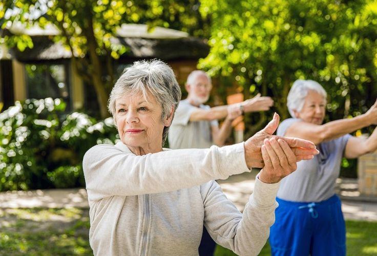 Alongamento deve ser uma prática corriqueira na vida de todas as pessoas. Ele ajuda na flexibilidade muscular, na amplitude de movimentos e auxilia na correção e na manutenção de uma postura correta, adequada e saudável. É isso que afirma a professora de alongamento da Companhia Athletica...