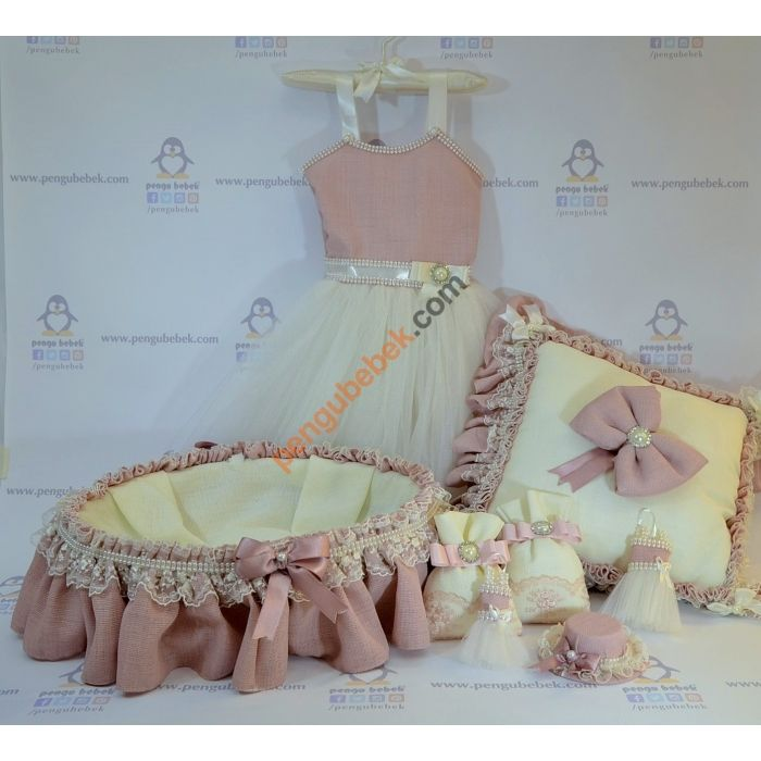 Balerin Bebek Odası takımı; özel kumaştan elbise şeklinde kapı süsü, bebek sepeti ve takı yastığıyla çok şık bir özel tasarım. Pengu Bebek