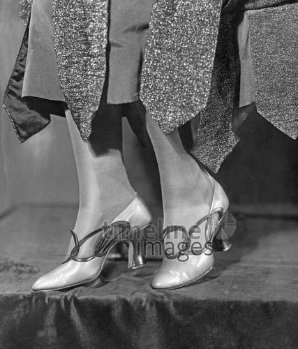 Schuhmode, 1922 Timeline Classics/Timeline Images #20er #black #white #schwarz #weiß #Fotografie #photography #historisch #historical #traditional #traditionell #retro #vintage #nostalgic #Nostalgie #Schuhe #shoes #Schuhmode #Damenschuh #Frauenschuh #Damenmode #Frauenmode #Stil