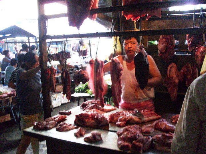 Feirante vendendo carne (Foto: Matheus Pinheiro de Oliveira e Silva)