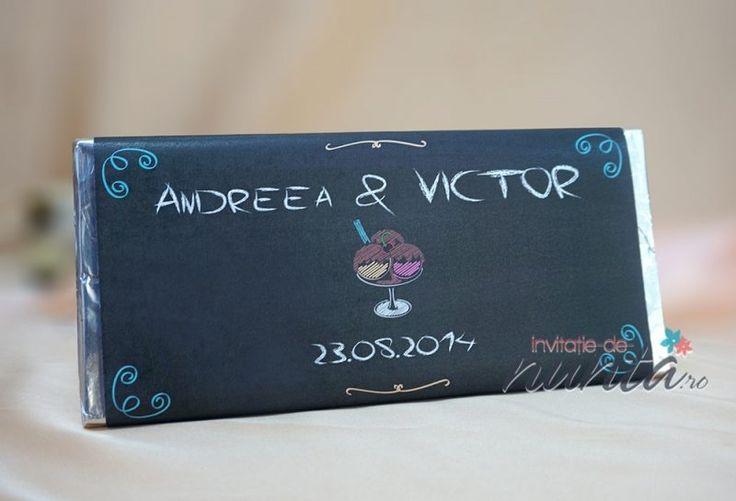 Marturie de nunta tableta de ciocolata ChalkLate, decorata cu o eticheta jucausa, asemeni unei table de scris, pe care este ilustrata o cupa cu inghetata. Ilustratia si textul par a fi scrise cu creta. Eticheta se personalizeaza cu numele mirilor si data nuntii.