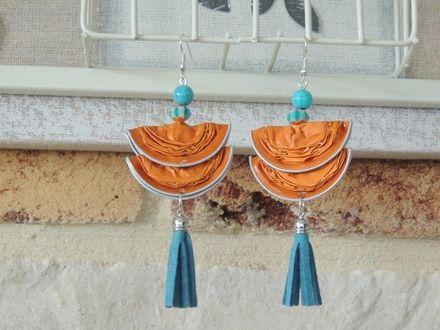 Boucles d'oreilles réalisé en capsules de café Nespresso de couleur orange , elle sont pliées en deux.  Elle est agrémentée de perles et d'un pompon bleu.  Les supports d - 14623407