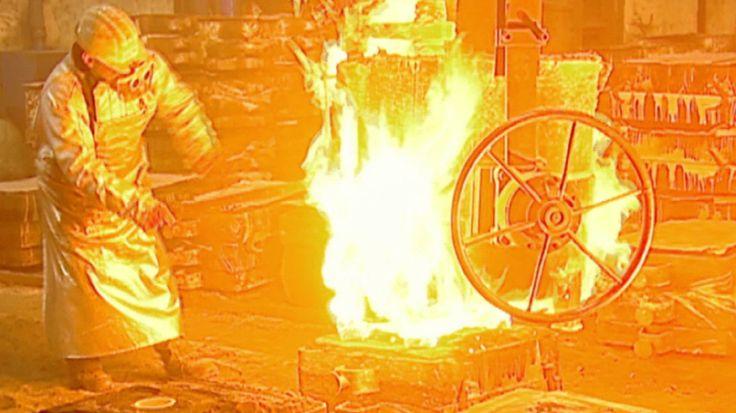 Überall sprühen Funken, jederzeit kann flüssiges Metall spritzen. Es ist der heißeste Job Deutschland: der Stahlgießer. Sechs Liter Wasser muss der Stahlgießer täglich trinken,  er ist ständigen Gefahren ausgesetzt. Welt der Wunder begleitet einen Gießer durch den harten Arbeitstag voller Tücken und enormer Verantwortung.