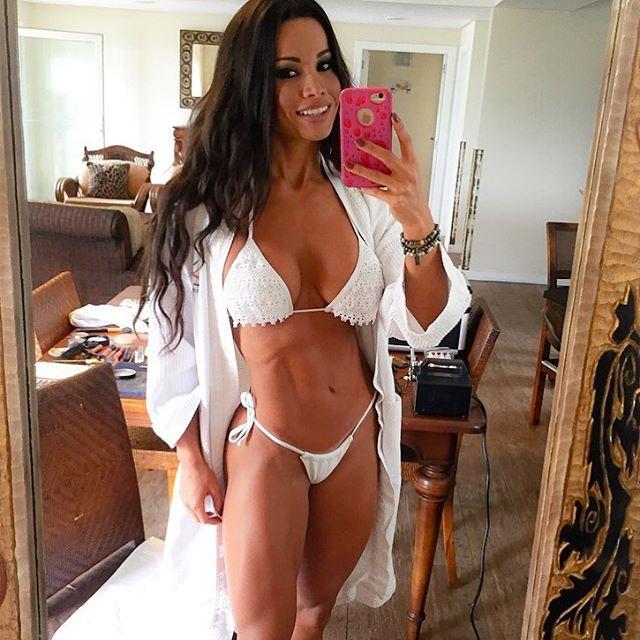 Fernanda D'avila posa de biquíni micro e exibe cinturinha ...