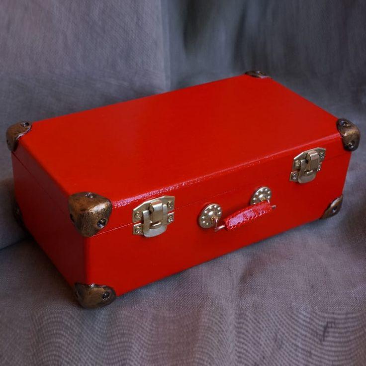 Прекрасная купюрница ярко-красного цвета в виде красного деревянного чемоданчика в ретро стиле – с металлической фурнитурой, замками и ручкой. Шкатулка для денег вскрыта лаком и не боится влажности, будет ярким аксессуаром в кабинете или любом другом помещении. Прекрасное изысканное оформление