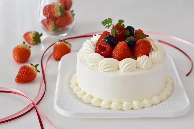 2016.02.11 12cmは作りやすいし小ぶりで可愛いしいいなぁ ジバニャンが乗る前です  撮影アシスタント兼専属契約農家にレフ板持ってもらった  ISO感度を毎回決めきれずオートにしてていいかなぁ  ### #cake#strawberry#decoration#decorationcake#sweets#cakepic#dessert#instafood#foodpic#sweetspic#cakepic#handmade#yummy#yummyfood#party#happybirthday#birthday#birthdaycake#delistagrammer#LIN_stagrammer#fruits#IGersJP#locari by honeycafe8