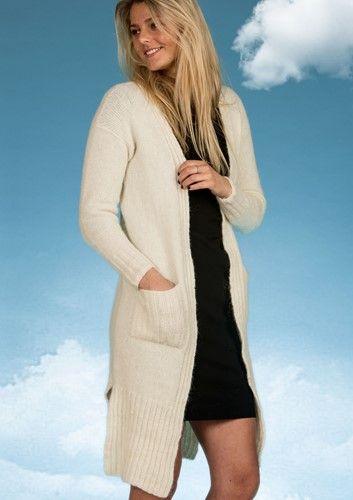 Flot og elegant lang Cardigan strikket i Mayflower Sky Ligth. Mayflower Sky Light er en eksklusiv blød og lækker kvalitet bestående af 41 % Alpakke. En garnkvalitet der er helt fantastisk at strikke i. [Strik, hækl, yarn, knitting, Mayflower Strikkegarn]
