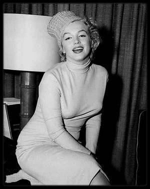 """3 Janvier 1957 / (Photos Bruce HOPKINS) Pour leur lune de miel, Marilyn et Arthur se rendent en Jamaïque où un verre de bienvenue leur est offert à Kingston. Marilyn et Arthur passent leur lune de miel en Jamaïque du 3 au 19 janvier 1957; ils passent leur séjour à la """"Jamaïca Inn"""" à Ochos Rios, mais aussi à """"Moon Point"""" dans la villa d'une aristocrate anglaise, Pamela BIRD."""