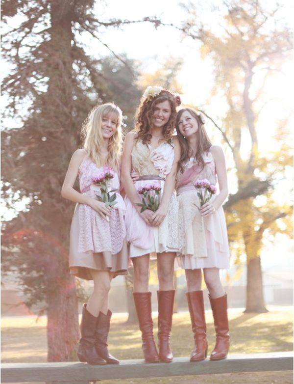 Une robe courte avec des bottes marrons