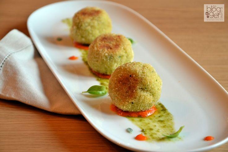 Polpette di cous cous, un piatto semplice a base di cous cous cotto e verdure, cotto al forno con pochi grassi e accompagnato con una salsa al pomodoro.