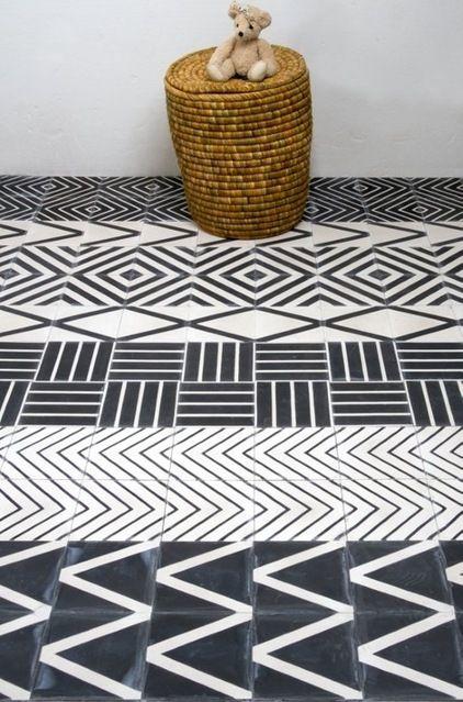 carreau de ciment noirs et blancs... mais composé de frises de motifs différents : la classe ethnique!