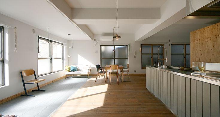 サブカルの聖地と称される中野に、可愛いらしいリノべ部屋がありました。 ぱっと見は雑居ビルのような外観の当建物。元々は縫製工場だったため、無骨な雰囲気が残っています。 待望のお部屋は約71平米の広々とした1LDK。幅広のパインのフローリング材を贅沢に使ったL型リビングは、間仕切りがなく開放的な空間。2人住まいの方やSOHO利用の方など、生活スタイルによって空間分けできる柔軟性のあるプランです。 淡いグリーン色のキッチンは、大きなシンクと広めの作業台+3口IHコンロ。対面式なので友人を呼んで、ワイワイと楽しく食事会なんていかがでしょうか。背面には高さを変えられる棚が2つあり、食器やリネン類を収めるのに良さそうです。 一方で、寝室はグレー色のカーペットが敷かれたシックな印象。日当りは、窓が小さいため期待できません…。 ちなみにお部屋はバルコニーなしですが、洗濯物は日当りの良い土間で干せば良さそうですね。 *保証会社必須 *SOHO・事務所可 *家具はついておりません。 設計:株式会社ブルースタジオ (担当:うだがわ)