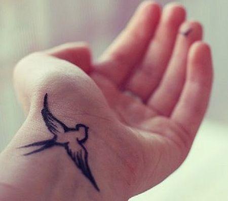 тату птицы на запястье. Bird writst tattoo.
