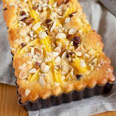 Maak een heerlijke Herfstcake met pecannootjes! De basis van deze cake is de mix voor koekjes, waarna je hem aanvult met een laag cupcake beslag. Daarna werk je de cake af met banketbakkersroom en pecannootjes.