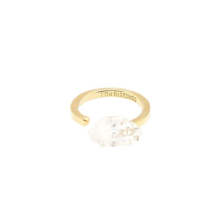 Bague Ajustable en laiton doré à l'or fin 24 caratsavec une pierre semi-précieuse brute en Cristal de Quartz Diamantdes Etats-Unis, réalisée à la main par la marque française Concerto no°1. Chaque pierre est unique et conservée dans sa forme et sa couleur naturelle. Il peut y avoir de légèresvariations de ton ou de taille mais la sensation reste la même. Ces pierres semi-précieuses ne sont pas aussi dures que des pierres précieuses donc il peut y avoir des in...