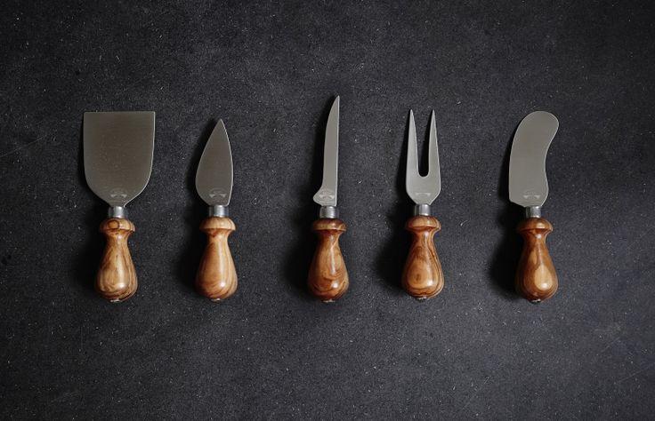 Ostknivset från italienska Berti. Knivuppsättningen innehåller 5 olika ostknivar, eart knife, Fork, Bell knife, Soft-cheese knife & Spatula knife.