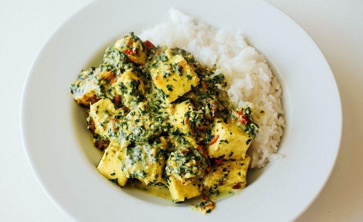 Indisk favoritt med tofu i kremet spinatsaus. Paneer er en ost som brukes veldig mye i indisk matlaging. I denne tradisjonelle retten serveres den i en saus med masse spinat i, gjerne sammen med ris og naan. Siden paneer ikke akkurat er vegansk, har jeg prøvd å gjenskape retten med tofu istedenfor. Og det gikk …