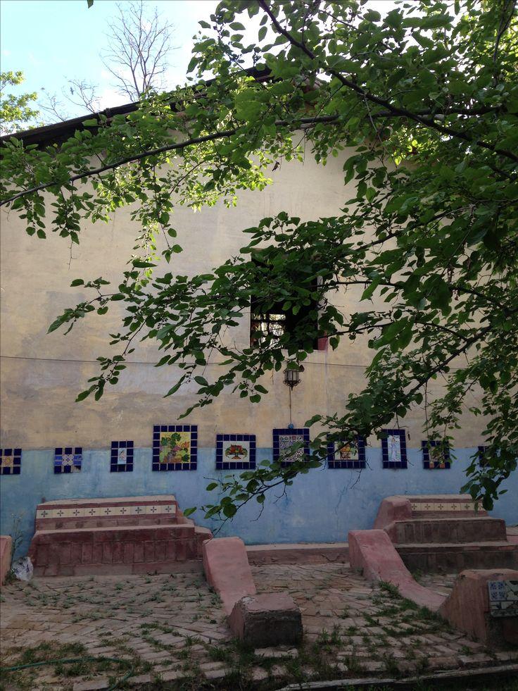 Modesta Reboredo. Puesta en valor de azulejos  , en un espacio de bodega. Mendoza. Argentina.