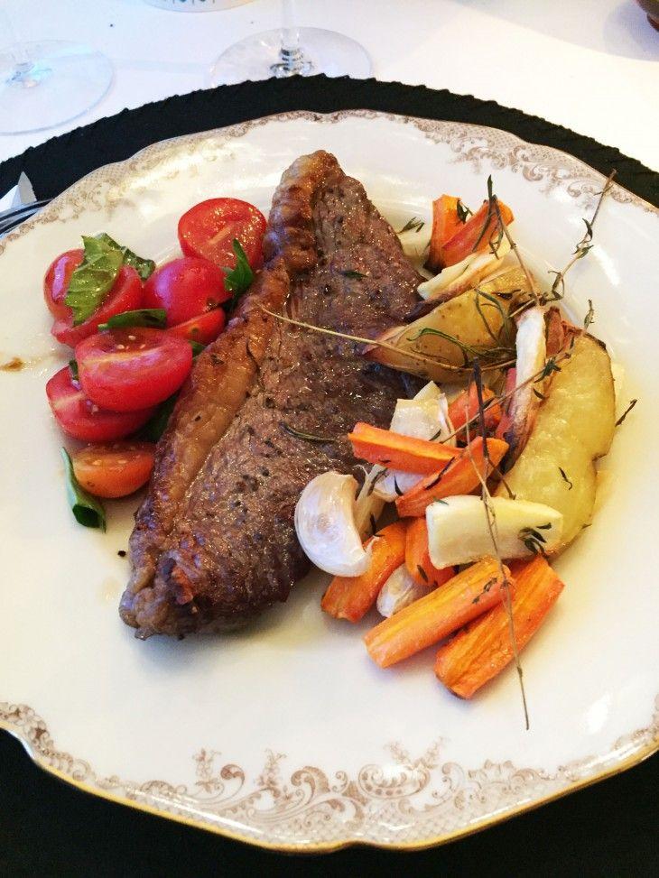 En bit picahna (brasiliansk köttdetalj) med rostade rotsaker, bearnaisesås och ett härligt rödvin!