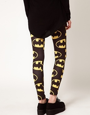 Totally gnarly leggings featuring a high waist and Batman print. Stretch fabric. Looks rad paired with an oversized muscle tee and combat boots!     Fantastiske leggings med høy midje og Batman print. Stretch. Ser rå ut sammen med en oversized tee og combat boots!