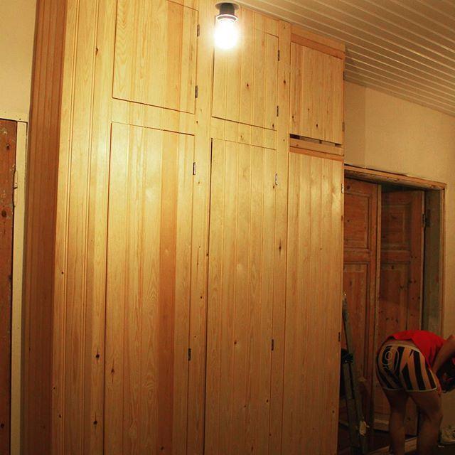 16 - Hallin kaappi alkaa hiljalleen valmistua ja ovetkin on saranoitu. Puuseppä lähettää terveisensä.