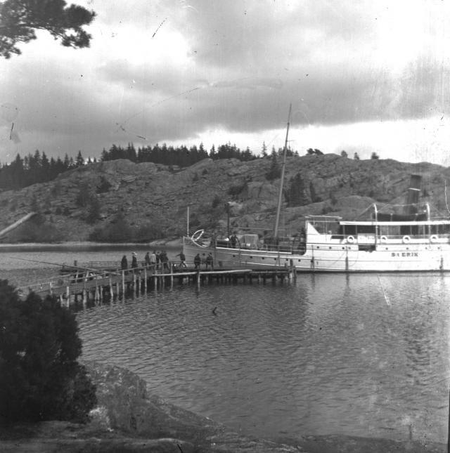 Ångbåten St. Erik vid bryggan på lilla Askerön 1917