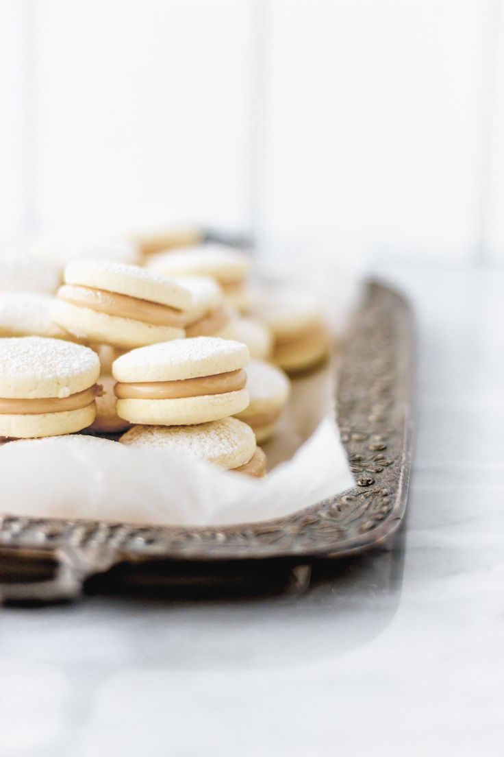 Cornflour alfajores are different because the dough falls apart a lot more than the ones made with wheat flour. Chocolate Alfajores Recipe, Sweet Cookies, No Bake Cookies, Chip Cookies, Baking Cookies, Sweet Treats, Peruvian Desserts, Peruvian Recipes, Crack Crackers