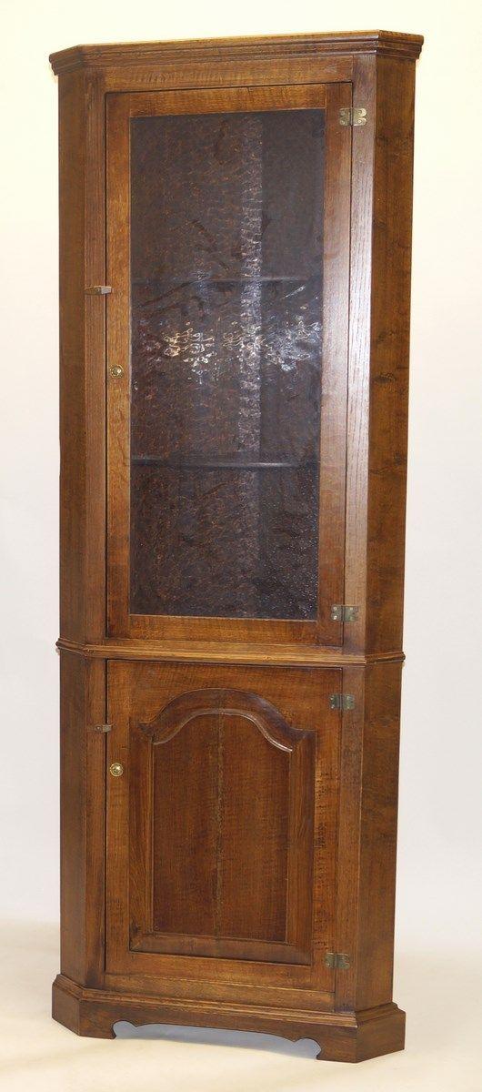 Een eikenhouten 2-deurs hoekkast met 1 beglaasde deur, vermoedelijk Titchmarsch & Goodwin, Engeland, h. 200 x b. 75 x d. 40 cm.