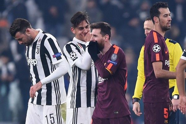 Juventus' forward from Argentina Paulo Dybala (2ndL) speaks to Barcelona's Argentinian forward Lionel Messi at the end of the UEFA Champions League Group D football match Juventus Barcelona on November 22, 2017 at the Juventus stadium in Turin. .Barcelona advanced to the Champions League last 16 on Wednesday after clinching top spot in Group D following a 0-0 draw against Juventus in Turin. / AFP PHOTO / Filippo MONTEFORTE