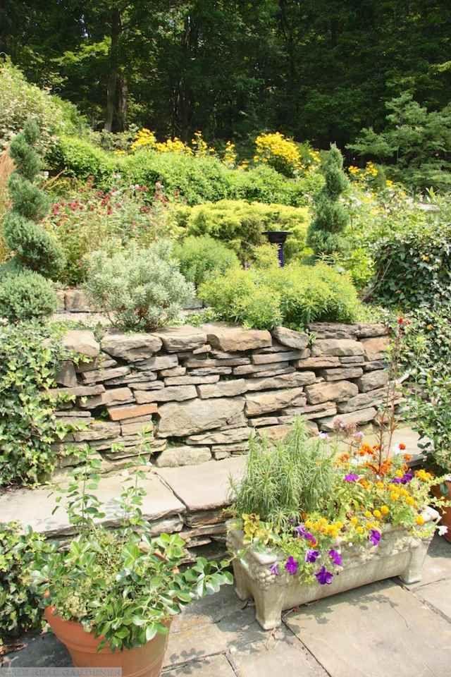 En steinmur med vakre blomster